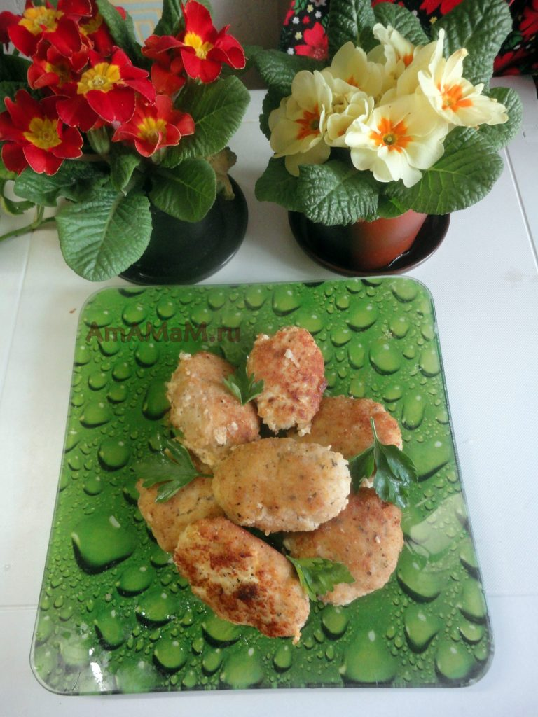 Рецепт рыбных котлет из фарша трески и свиного сала в панировочных сухарях