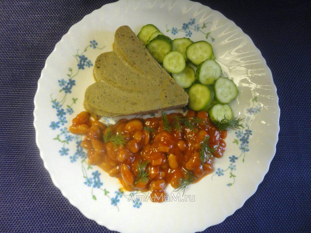 Суфле из куриной печени с тушеной фасолью в томатном соусе с овощами