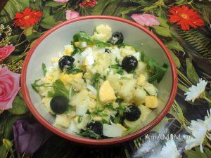 Простой салат с рукколой, яйцами и маслинами - рецепт