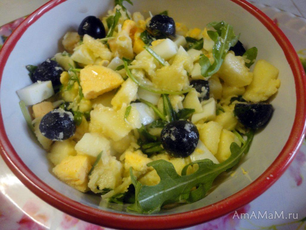 Что делать с рукоклой - простой салат с яйцами, маслинами и яблоком