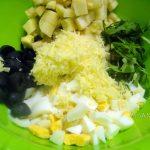 Руккола - простые рецепты салатов, вариант с маслинами, яблоком и яйцом