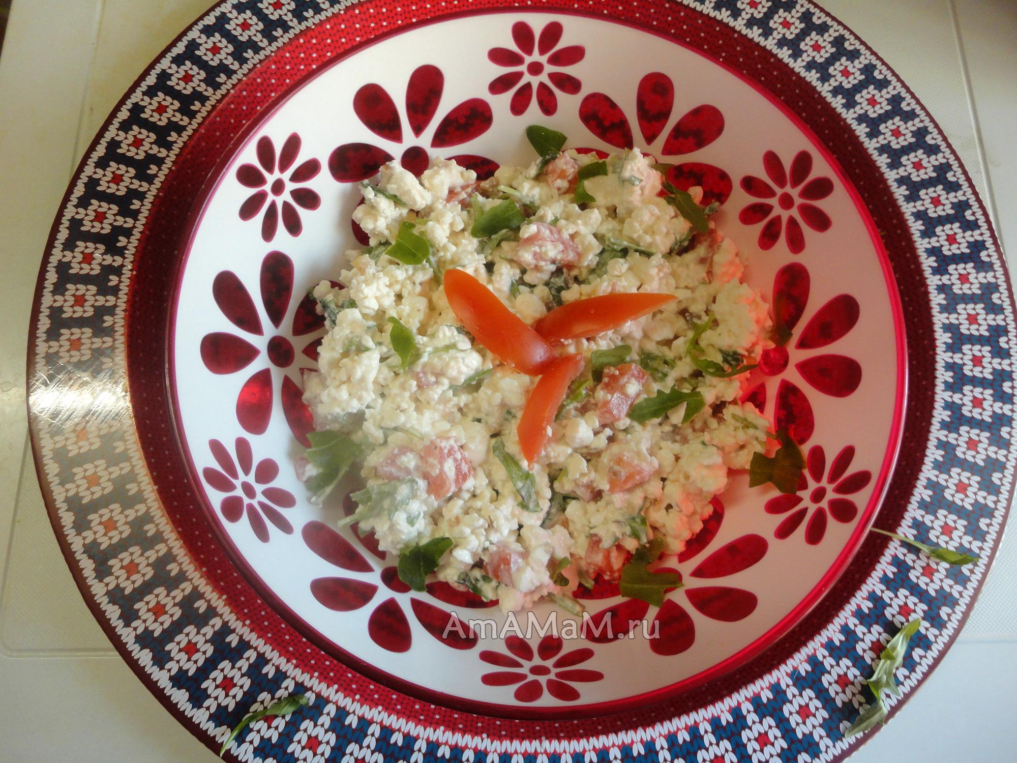 Руккола - рецепты салатов, вариант с творогом и помидорами