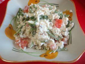 Вкусные рецепты с рукколой - салат с творогом и помидорами, заправленный орехами и чесноком