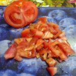 Фото нарезки помидора небольшими кусочками на разделочной доске