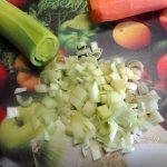 Нарезка лука для заправки супа