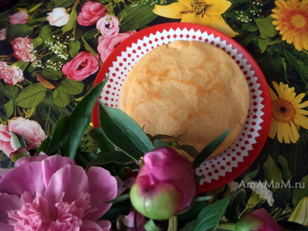 Стопка блинов на тарелке - фото