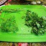 Зелень на разделочной доске