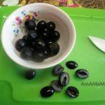 Нарезка маслин пополам вдоль