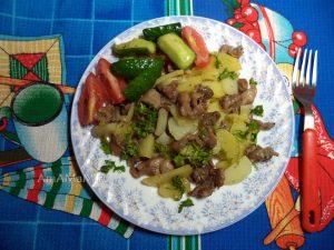 Жареная картошка с куриными желудочками - фото и рецепт