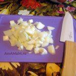 Мелкая нарезка лука для жареных грибов