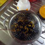 Процесс приготовления пирога с изюмом и сушеным инжиром
