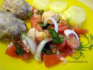 Помидоры, сухарики и лук - рецепт салата