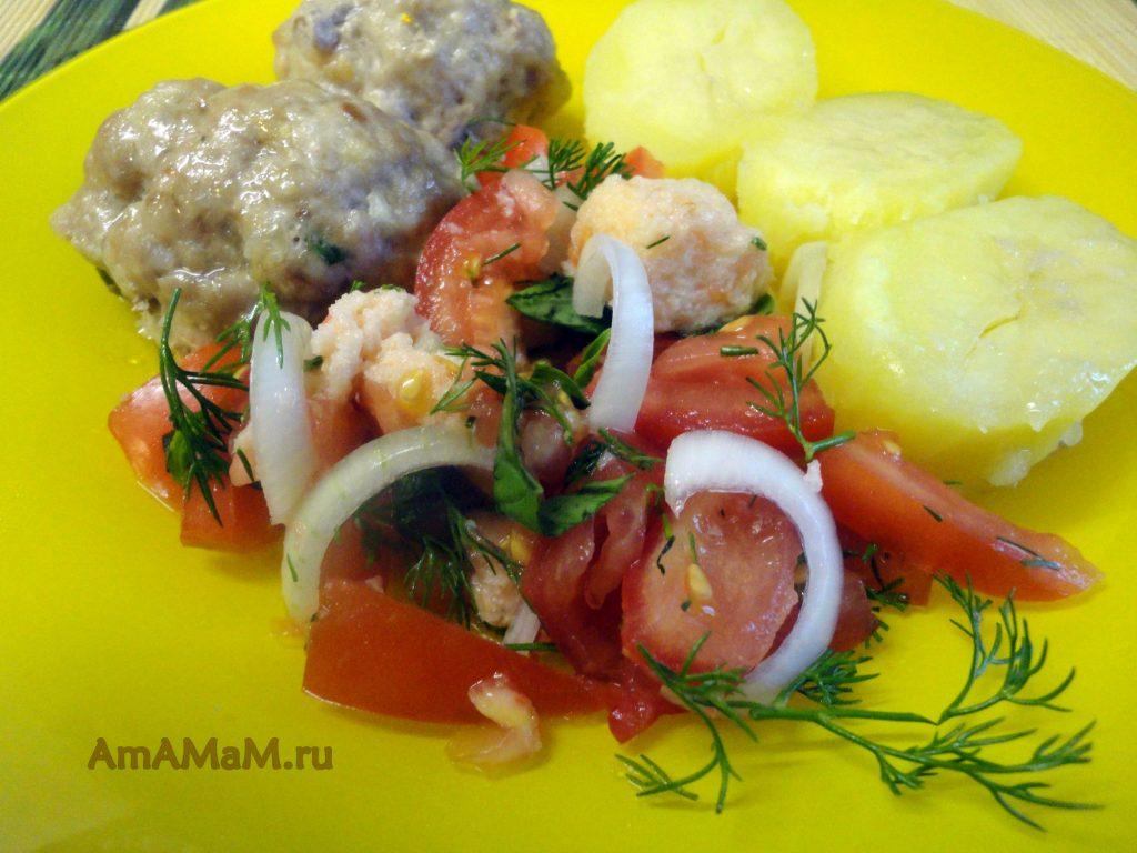 Рецепт салата из сухариков и помидоров с луком