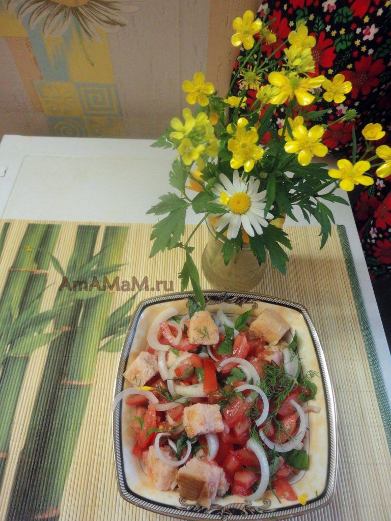 Томаты с луком и сухариками - рецепт салата