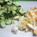 Нарезка огурцов и яиц в салат