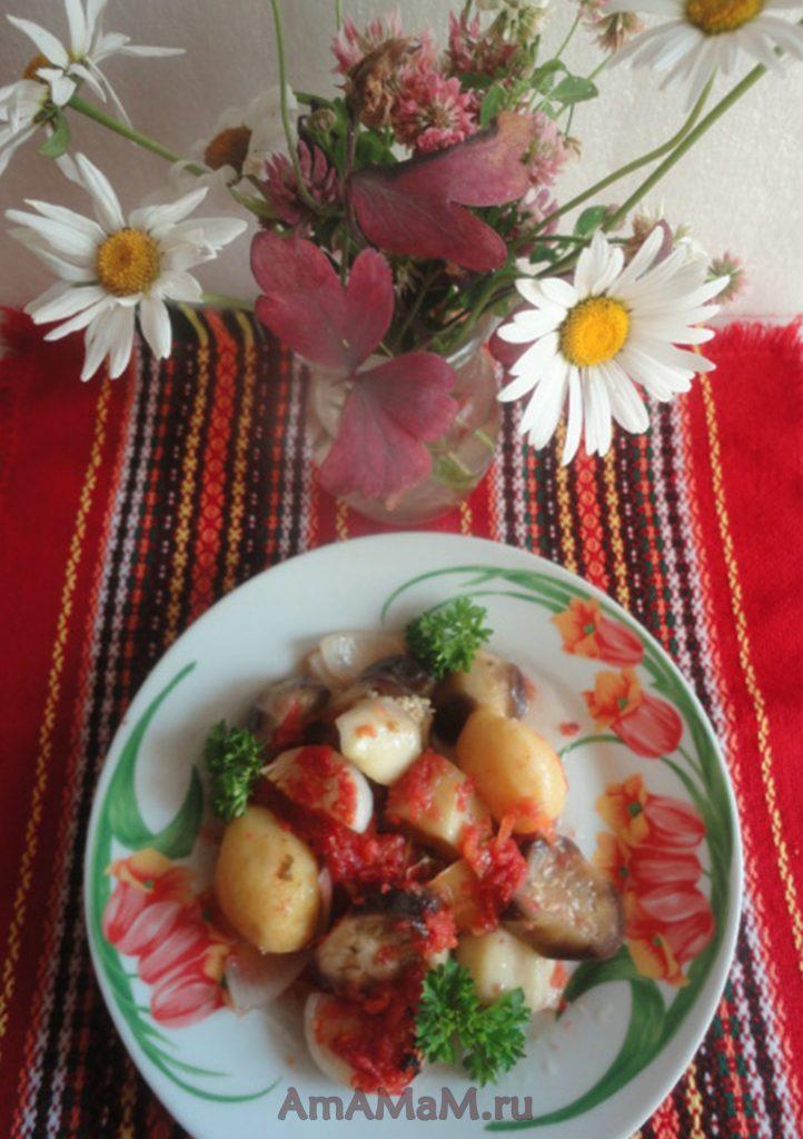 Баклажаны с кабачками, картофелем, луком, чесноком и сладким перцем в томате