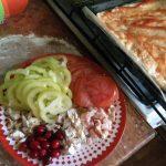 Нарезка начинки для пиццы и сборка пиццы