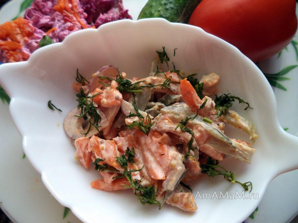 Салат из свинины с морковью, опятами и солеными огурцами