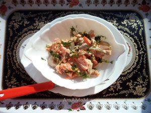 Салат из свинины с маринованными огурцами, морковью, грибами и луком