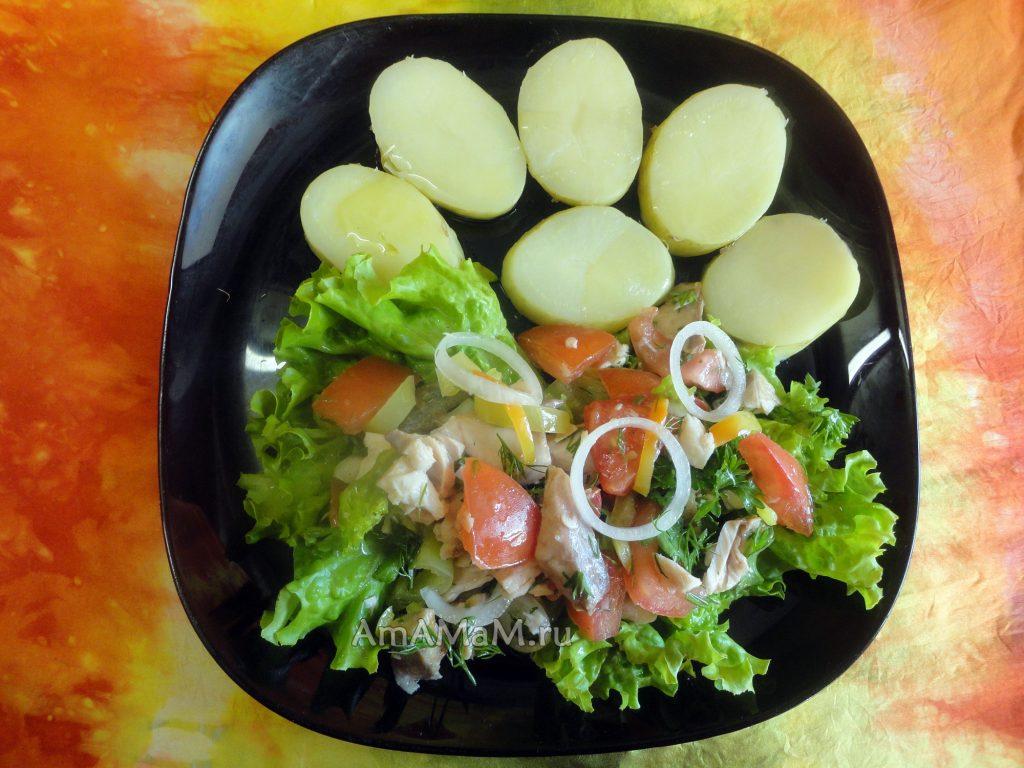 Рецепт овощного салата с жареной красной рыбой