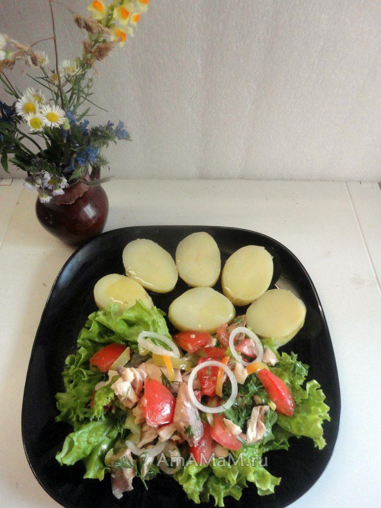 Красивый и вкусный салат с жареной красной рыбой