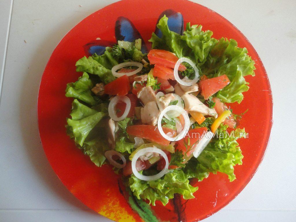Приготовление салата с жареной красной рыбой
