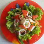 Салат с жареной красной рыбой, перцем и помидорами