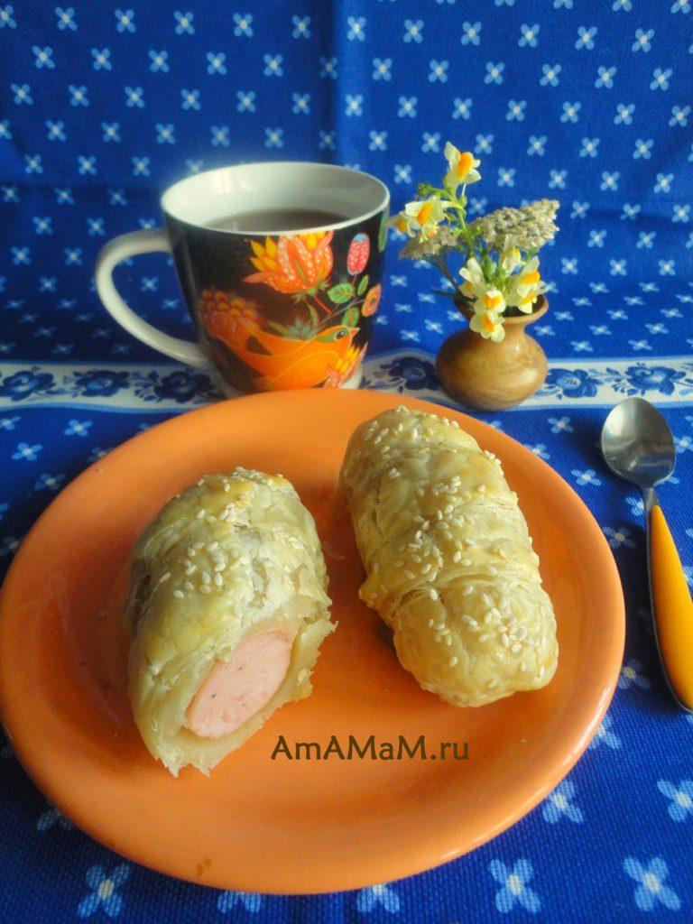 Сосиски в слоеном тесте - фото на тарелке