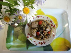 Тушеные баклажаны с фрикадельками (тефтельками)