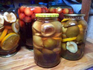 Грушевый компот с яблоками, апельсинами, сливами и лимонами