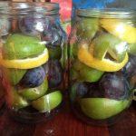 Грушевый компот с лимоном и сливами