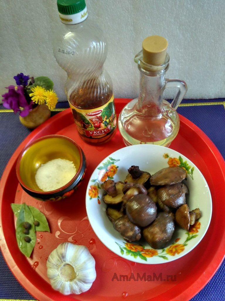 Маслята, уксус, масло, соль и специи для маринования