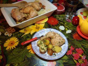 Курица (окорочка) с картофелем, запеченные в духовке