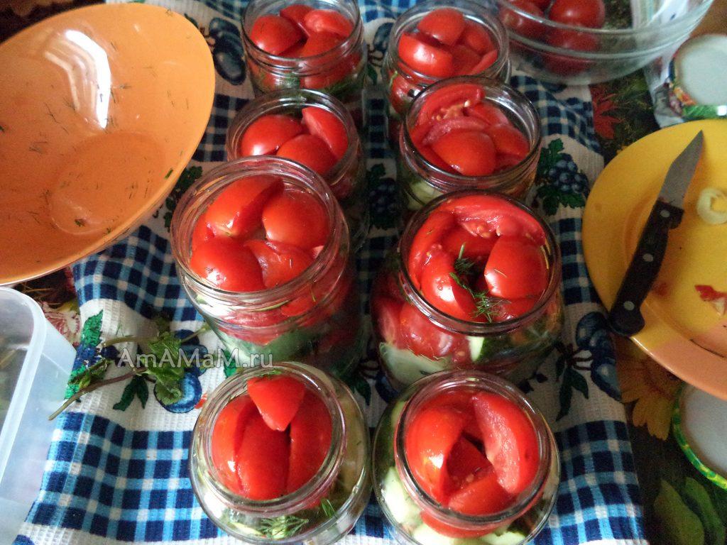 Приготовление салата из маринованных помидоров и огурцов