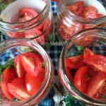 Банки с салатом из помидоров и огурцов