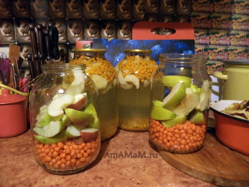 Приготовление облепихового компота с яблоками, корицей и гвоздикой