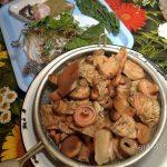 Вареные рыжики и специи для маринада