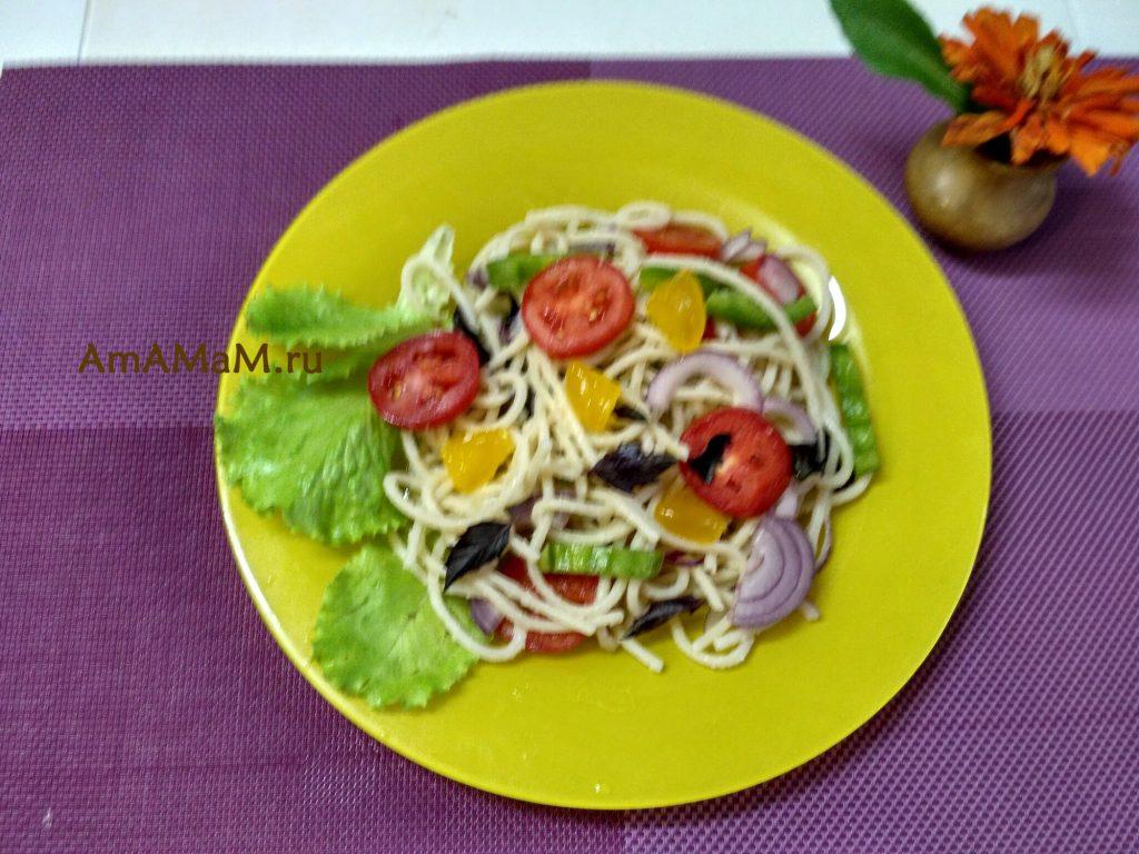 Как делают салат со спагетти по-итальянски - рецепт и фото