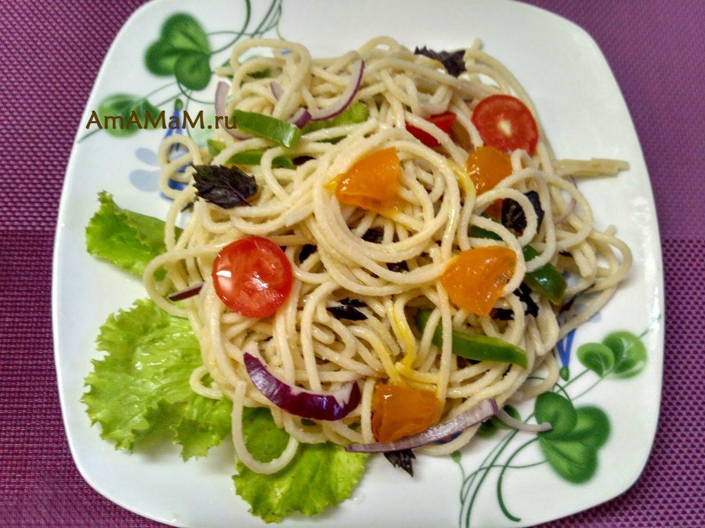Салат из спагетти с помдиорами, сладким перцем и маринованными желтками