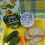 Сыр, майонез, морковь, огурцы и злеб для английских сэндвичей