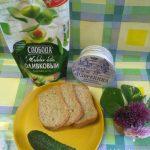 Приготовление сэндвичей с огурцами и мягким сливочным сыром с добавлением майонеза