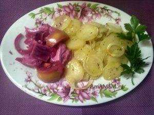 Картофельный гратен с луком и маринованными яблоками и капустой