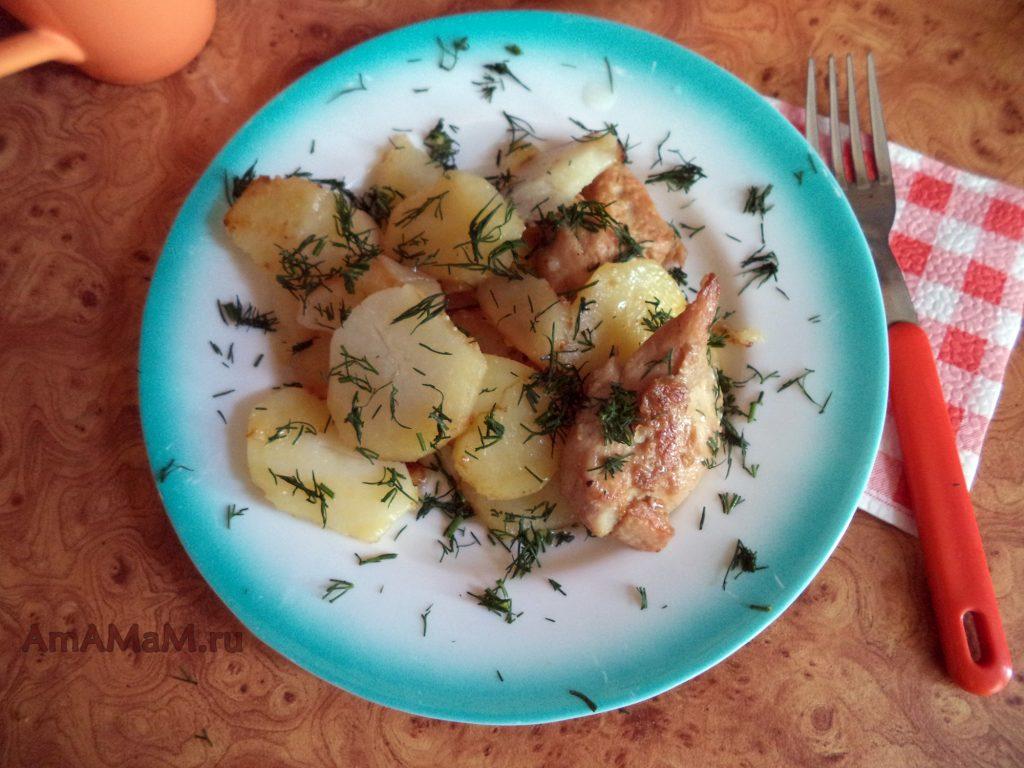 Тарелка с картойелем и куриной грудкой в соевом маринаде
