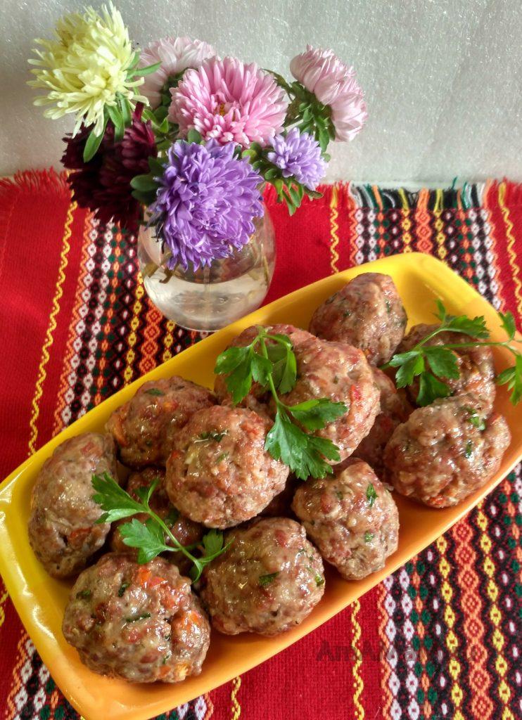 Котлеты, приготовленные в духовке с помидорами