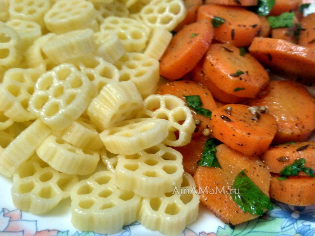 Вкусный ужин из макарон с салатом из моркови