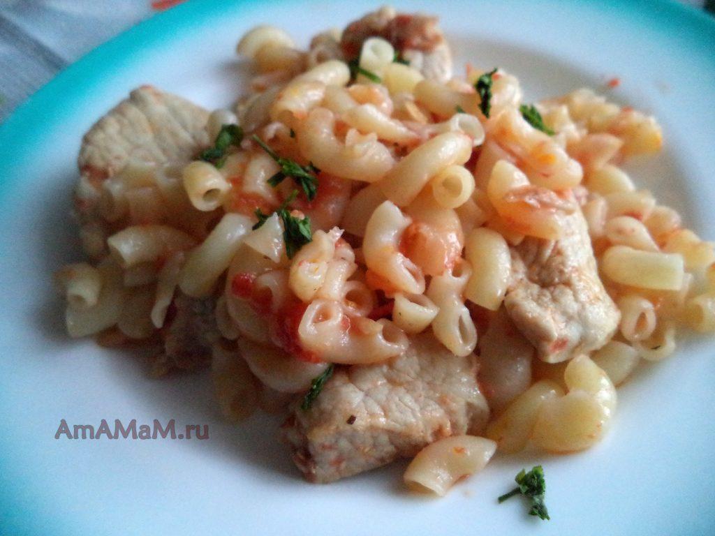 Свинина жареная с макаронами и томатным соусом