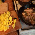Процесс приготовления сковороды дареной картошки с 1 бедрышком - много порций мало мяса