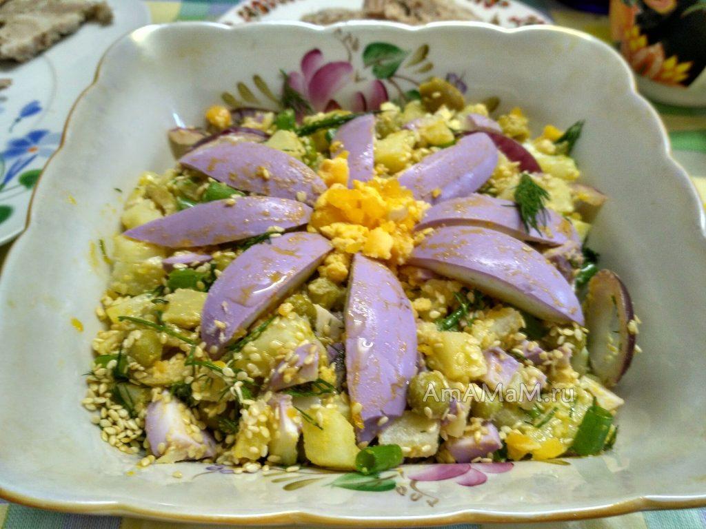 Красивый необычный и вкусный салат с маринованными яйцами