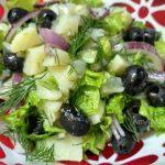 Картофельный салат с маслинами и листовым салатом