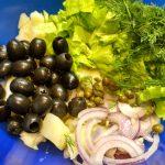 Рецепт картофельного салата - ингредиенты в миске